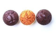 Dobierający z Wyśmienicie domowej roboty babeczkami z rodzynkami i czekoladą odizolowywającymi na białym tle bułeczki Odgórny wid obraz stock