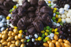 Dobierający od różnorodność różnych cukierków w glazerunku biała i ciemna czekolada w cukrowym glazerunku, Obrazy Royalty Free