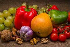 dobierający surowy warzywo na tkaninie Zdjęcia Stock