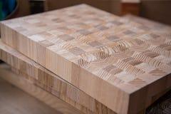 Doblado en paquetes de una pieza del tablero de partícula a la fabricación de los muebles imagen de archivo libre de regalías