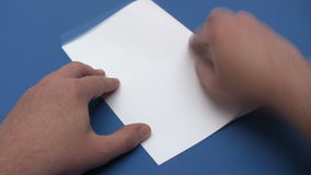 Doblando un avión de papel - lapso de tiempo almacen de video
