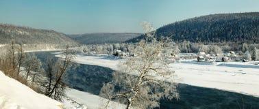Doble en el río del invierno en el fondo de montañas Fotos de archivo libres de regalías