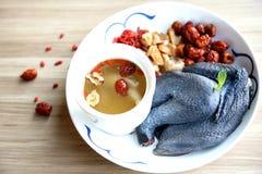 Doble la sopa de pollo hervida en estilo chino en la placa blanca fotos de archivo