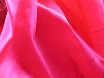 Dobleces del color de rosa de caer de seda sin procesar Imagenes de archivo