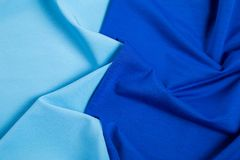 Dobleces del tejido triangular azul como fondo Imagen de archivo