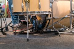 Dobosz bawić się bębenu set Muzyczny zespół i muzyk na scenie, fotografia stock