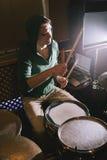 Dobosz bawić się bębeny w studiu nagrań Zdjęcia Royalty Free