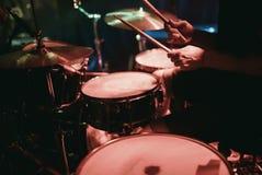 Dobosz bawić się jego bębenu zestaw na koncercie w klubie Obraz Royalty Free