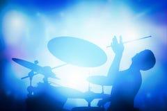 Dobosz bawić się na bębenach na muzyka koncercie Klubów światła Fotografia Royalty Free