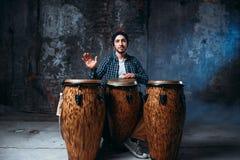Dobosz bawić się na drewnianych bongo bębenach, rytm muzyka Fotografia Stock