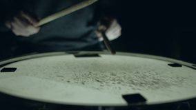 Dobosz bawić się z kijami na matnia bębenie zbiory wideo