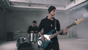Dobosz i basu gitarzysta bawić się instrumenty w dymiącym pokoju zespo?y rockowe sylwetki muzyk?w ilustracyjnych sze?? wektor?w ? zbiory wideo