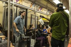 Dobosz i gitarzysta bawić się w Miasto Nowy Jork, usa zdjęcie royalty free