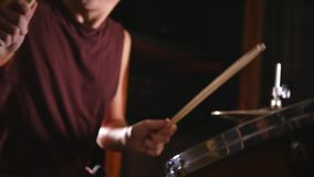 Dobosz sztuki muzyczne na mokrych bębenach w studiu w garażu Matni zamknięty up zdjęcie wideo