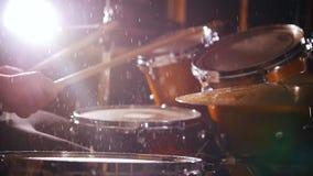 Dobosz sztuki muzyczne na mokrych bębenach w studiu w garażu z bliska zdjęcie wideo