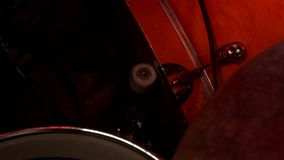 Dobosz sztuki muzyczne na stopie bębnią zestaw Bęben ustawiający na rockowym koncercie zbiory wideo