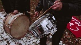 Dobosz w orkiestrze bawić się na ołowianym bębenie Frontowy widok zbiory