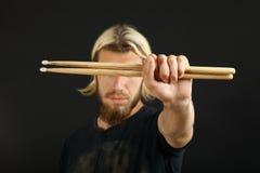 Dobosz z drumsticks Zdjęcie Royalty Free