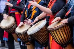 Dobosze i muzycy bawić się tradycyjną muzykę obraz stock