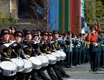 Dobosze Moskwa militarna muzyczna szkoła w placu czerwonym podczas Ogólnej próby parada dedykowali rocznicę th Obrazy Stock