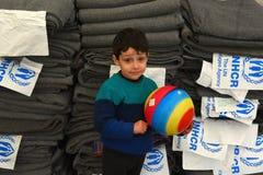 Dobova, Slowenien - 4. Februar 2016: Kleiner Junge im Flüchtlingslager Lizenzfreies Stockbild