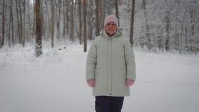 Dobra babcia ubierał w ciepłym odzieżowym odprowadzeniu w zima dniu outdoors w spojrzeniach i parku w kamerę leisure zdjęcie wideo