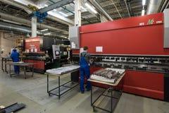Dobra das placas de aço em uma máquina especial na planta do tra Fotografia de Stock
