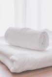 Dobra de toalha na sala de hotel Imagem de Stock Royalty Free