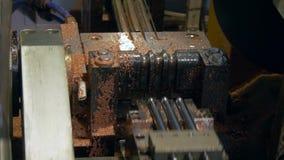 Dobra e corte dos tubos do metal na máquina industrial do CNC na fábrica video estoque