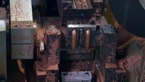 Dobra e corte dos tubos do metal na máquina industrial do CNC na fábrica vídeos de arquivo
