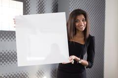 Dobra przyglądająca młoda biznesowa dama w czarnego silnego apartamentu chwyta pustym papierze Zdjęcia Royalty Free