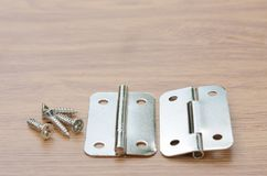 Dobradiça de porta em uma superfície de madeira do banco de trabalho fotos de stock