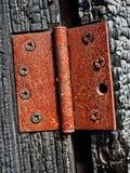 Dobradiça de porta para fora de construção queimada abandonada Fotos de Stock Royalty Free