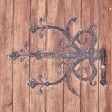 Dobradiça do ferro do vintage do detalhe da porta da madeira maciça Foto de Stock Royalty Free