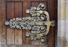 Dobradiça do vintage na porta da igreja do centro da cidade de Birmingham, Reino Unido Foto de Stock