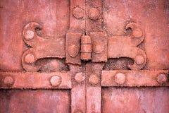 A dobradiça em uma porta velha do metal Foto de Stock