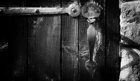 A dobradiça forjada oxidada antiquado do puxador da porta velho forjou perto do século do th fotos de stock