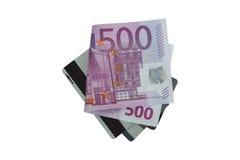 Dobrado cinco cem contas de dinheiro da cédula do Euro 500 em cartões de crédito Foto de Stock