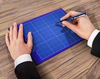 Dobrador com papel e pena, conceito do negócio Fotos de Stock