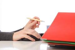Dobrador da pena do computador do rato da mulher de negócios - isolado Foto de Stock Royalty Free