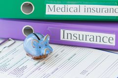 Dobradores coloridos, formulário limpo do seguro e mealheiro Foto de Stock Royalty Free