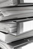 Dobradores de arquivo pretos empilhados imagens de stock