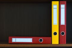 Dobradores para originais no armário na prateleira no escritório, arquivos, espaço da cópia, fundo, close-up, materiais de escrit Imagem de Stock