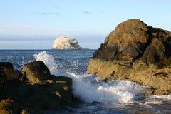 Dobrando o quadro Bass Rock das ondas Imagem de Stock