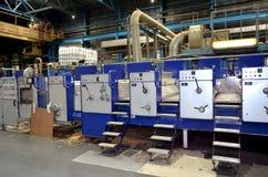 Dobrar-colando a máquina na produção de empacotamento ondulado fotos de stock royalty free