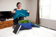 Dobrar-se veste-se na mala de viagem foto de stock royalty free