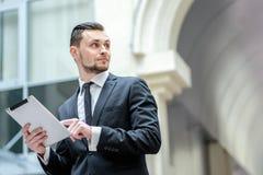 dobre wieści Młody człowiek trzyma pastylkę w jego ręce w formalnej odzieży Obrazy Royalty Free