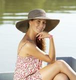 Dobrej przyglądającej kobiety uśmiechnięty pobliski jezioro fotografia stock