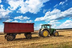 Dobrich, Bulgarie - 8 juillet : Tracteur moderne de John Deere en FI Photos stock
