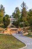 DOBRICH BULGARIEN, Augusti 3 2015, turist som ser botomen av t royaltyfri bild